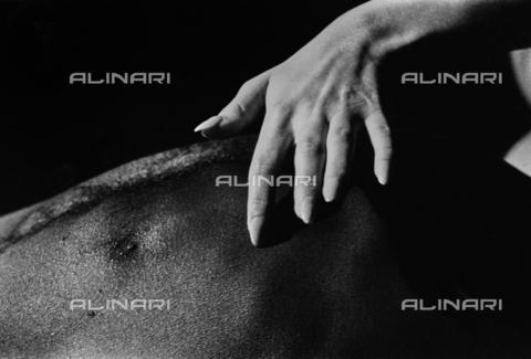 PAQ-F-000121-0000 - Studio di mano femminile - Data dello scatto: 1980 ca. - Archivi Alinari, Firenze