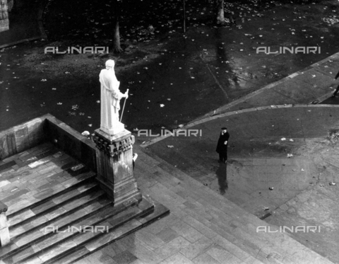 PAQ-F-000523-0000 - Statue of a saint at Lourdes - Data dello scatto: 1965 ca. - Archivi Alinari, Firenze