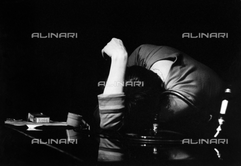 PAQ-F-000526-0000 - Woman slumped over a table - Data dello scatto: 1970 ca. - Archivi Alinari, Firenze