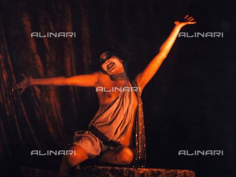 PAQ-F-000553-0000 - Attrice durante la rappresentazione teatrale 'Risveglio di Primavera', tragedia di Franz Wedekind - Data dello scatto: 1973 - Archivi Alinari, Firenze