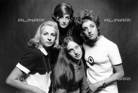 PAQ-F-000743-0000 - Le sorelle Baucer, acconciatrici - Data dello scatto: 1965-1975 - Archivi Alinari, Firenze