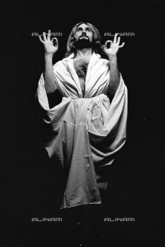 PAQ-F-000809-0000 - Uomo travestito - Data dello scatto: 1980 ca. - Archivi Alinari, Firenze