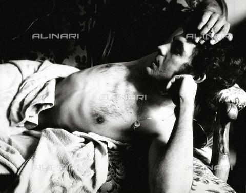 PAQ-F-000817-0000 - Nudo maschile disteso - Data dello scatto: 1980 ca. - Archivi Alinari, Firenze