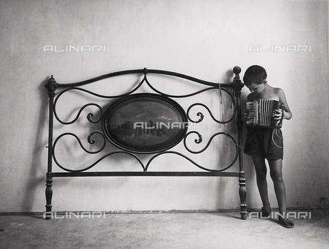 PAQ-F-000823-0000 - Bambino con fisarmonica - Data dello scatto: 1965 - Archivi Alinari, Firenze