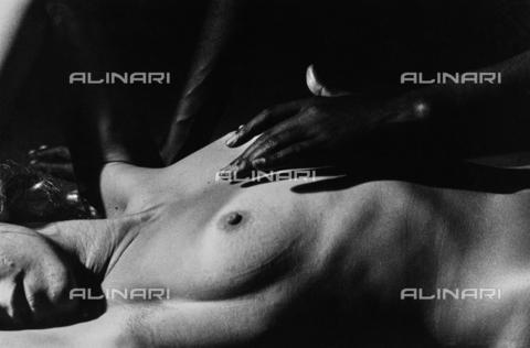 PAQ-F-000826-0000 - Nudo femminile disteso - Data dello scatto: 1980 ca. - Archivi Alinari, Firenze