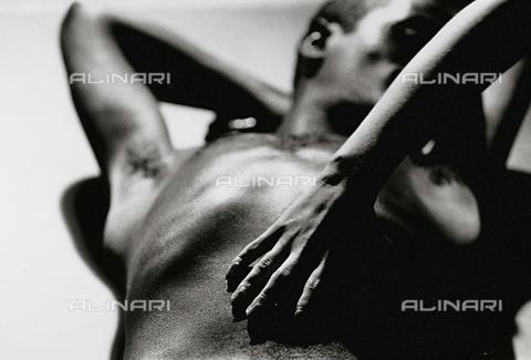 PAQ-F-000843-0000 - Nudo maschile e mano di donna - Data dello scatto: 1980 ca. - Archivi Alinari, Firenze
