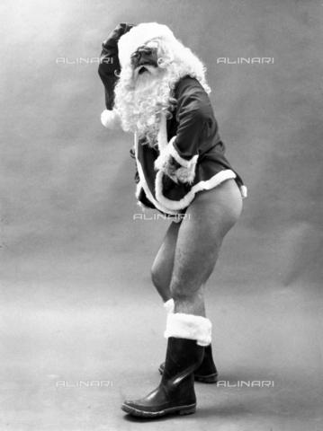 PAQ-F-000858-0000 - Modello travestito da Babbo Natale - Data dello scatto: 1970 ca. - Archivi Alinari, Firenze