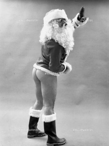 PAQ-F-000859-0000 - Modello travestito da Babbo Natale - Data dello scatto: 1970 ca. - Archivi Alinari, Firenze