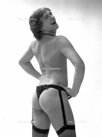 PAQ-F-000861-0000 - Modello con abbigliamento intimo femminile - Data dello scatto: 1970 ca. - Archivi Alinari, Firenze