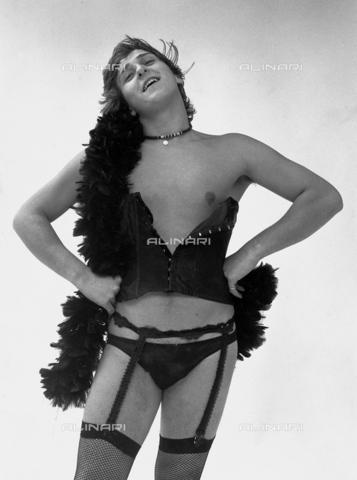 PAQ-F-000863-0000 - Modello con abbigliamento intimo femminile - Data dello scatto: 1970 ca. - Archivi Alinari, Firenze