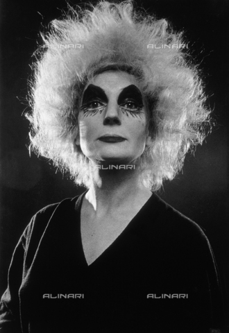 PAQ-F-000888-0000 - Female cross-dressing - Data dello scatto: 1980 ca. - Archivi Alinari, Firenze