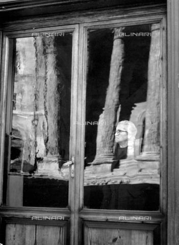 PAQ-F-000905-0000 - Finestra con immagine riflessa del Tempio di Minerva ad Assisi - Data dello scatto: 1961 - Archivi Alinari, Firenze