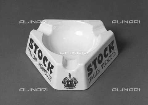 PAQ-F-001117-0000 - Ashtray with written company's advertising of liquor and brandy Stock - Data dello scatto: 1978 - Archivi Alinari, Firenze