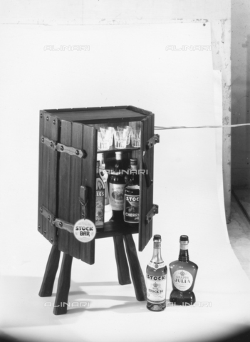 PAQ-F-001135-0000 - Mobile bar with bottles of liquor, brandy and brandy Stock - Data dello scatto: 1970 - Archivi Alinari, Firenze