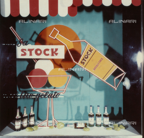 PAQ-F-001140-0000 - Window of a bar with bottles of liquor Stock - Data dello scatto: 1972 - Archivi Alinari, Firenze