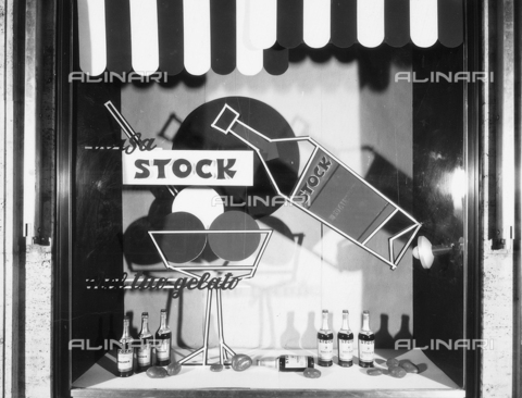 PAQ-F-001597-0000 - Window of a bar with bottles of liquor Stock - Data dello scatto: 1972 - Archivi Alinari, Firenze