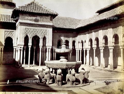 PDC-A-004568-0072 - Veduta del Patio de los Leones della Alhambra, a Granada. In primo piano la fontana caratterizzata da dodici leoni in marmo bianco che sostengono la vasca - Data dello scatto: 1870-1880 ca. - Archivi Alinari, Firenze