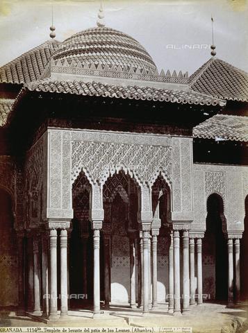 PDC-A-004568-0073 - Veduta dell'esterno della 'Sala de los Reyes' nel Patio de los Leones, nell'Alhambra a Granada - Data dello scatto: 1870-1880 ca. - Archivi Alinari, Firenze