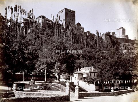 PDC-A-004568-0077 - Veduta esterna dell'Alhambra, a Granada. La Reggia sorge su una verdeggiante collina - Data dello scatto: 1870-1880 ca. - Raccolte Museali Fratelli Alinari (RMFA)-collezione Palazzoli, Firenze