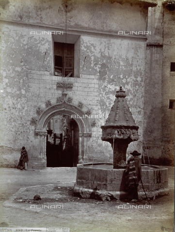 PDC-A-004568-0091 - Veduta di una fontana, a Jativa-Xativa in Spagna. Sullo sfondo, scorcio di un palazzo con bel portale. Davanti alla fontana, di spalle, un uomo - Data dello scatto: 1870-1880 ca. - Archivi Alinari, Firenze