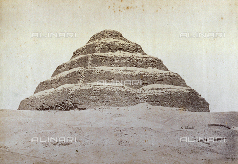 PDC-A-004574-0007 - Veduta della piramide a gradoni del Re Zoser, nella necropoli di Saqqara - Data dello scatto: 1870-1880 ca. - Raccolte Museali Fratelli Alinari (RMFA)-collezione Palazzoli, Firenze