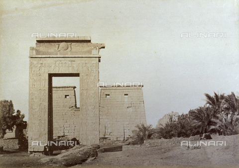 PDC-A-004574-0019 - The superb ptolemaic portal and the ruins of the Temple of Khonsu in the archaeological site of Karnak in Egypt - Data dello scatto: 1870-1880 ca. - Archivi Alinari, Firenze