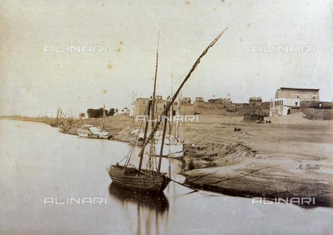 PDC-A-004574-0028 - The village of Luxor on the right bank of the Nile, in Egypt. In the foreground, humble boats lying at anchor - Data dello scatto: 1870-1880 ca. - Archivi Alinari, Firenze