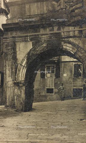 PDC-A-004613-0136 - Arco di Riccardo a Trieste - Data dello scatto: 1920 ca. - Archivi Alinari, Firenze