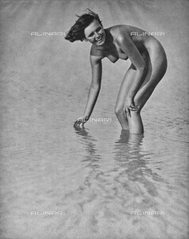 PDC-A-004668-0002 - Female nude posing - Date of photography: 1935-1938 - Fratelli Alinari Museum Collections-Palazzoli Collection, Florence