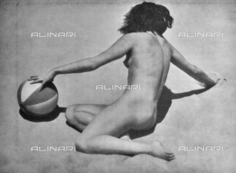 PDC-A-004668-0003 - Naked female sitting - Date of photography: 1935-1938 - Fratelli Alinari Museum Collections-Palazzoli Collection, Florence