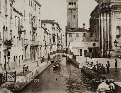 PDC-A-004675-0022 - Children diving into the Rio San Barnaba canal in Venice - Data dello scatto: 05/1883 - Archivi Alinari, Firenze
