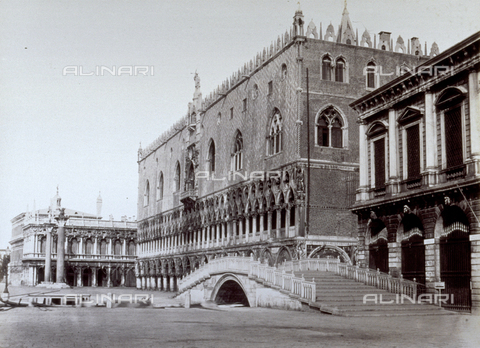 PDC-A-004696-0028 - The Doges' Palace and Ponte della Paglia overlooking the Bacino di San Marco in Venice. In the background, the Biblioteca Sansoviniana - Data dello scatto: 1860-1865 ca. - Archivi Alinari, Firenze