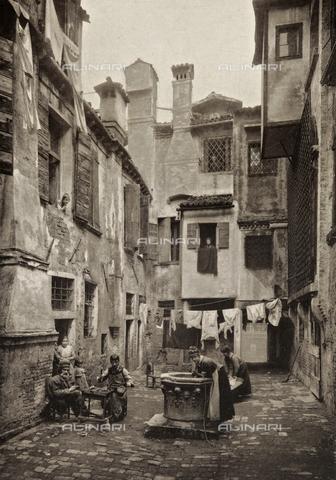 PDC-A-005940-0016 - Veduta di un campiello a Venezia, con alcuni uomini al lavoro, una donna al pozzo e panni stesi ad asciugare - Data dello scatto: 1890-1895 - Archivi Alinari, Firenze