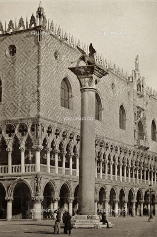 PDC-A-005940-0027 - Scorcio di Piazzetta San Marco a Venezia, con il Palazzo Ducale e la Colonna di San Marco - Data dello scatto: 1890-1895 - Archivi Alinari, Firenze