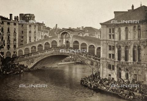 PDC-A-005940-0054 - Folla riunita presso il Ponte di Rialto in attesa della regata - Data dello scatto: 1890-1895 - Archivi Alinari, Firenze