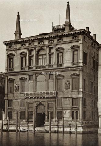 PDC-A-005940-0063 - Facciata del Palazzo Papadopoli (o Palazzo Coccina Tiepolo Papadopoli), sul Canal Grande a Venezia - Data dello scatto: 1890-1895 - Archivi Alinari, Firenze