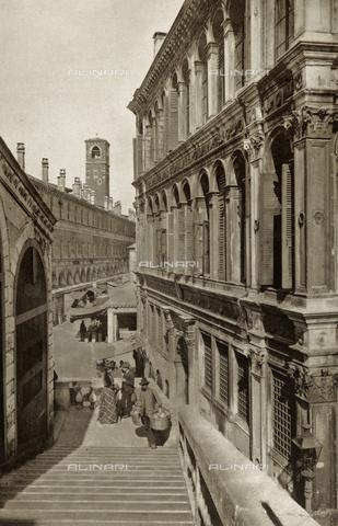 PDC-A-005940-0082 - La scalinata del Ponte di Rialto con il Palazzo dei Camerlenghi sulla destra, Venezia - Data dello scatto: 1890-1895 - Archivi Alinari, Firenze