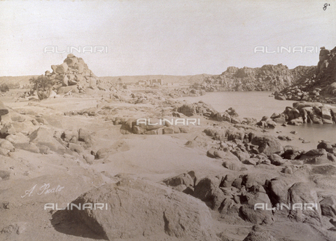 PDC-F-000267-0000 - Desert of sand and rocks in Nubia. In the background the Island of Philae in the Nile with its ruins. - Data dello scatto: 1865-1875 ca. - Archivi Alinari, Firenze