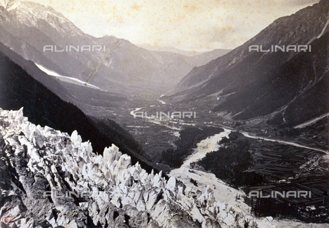 PDC-F-000328-0000 - Panorama of the valley and town of Chamonix. In the foreground spurs of rocks and ice - Data dello scatto: 1860 - Archivi Alinari, Firenze