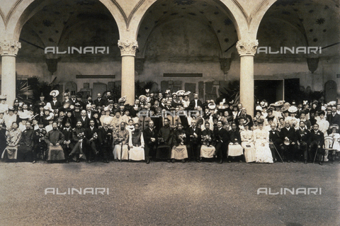 PDC-F-000497-0000 - A large group of people in ceremonial attire and uniforms shown in the courtyard of the Castle of the Chinese Ambassador in Milan - Data dello scatto: 1906 - Archivi Alinari, Firenze