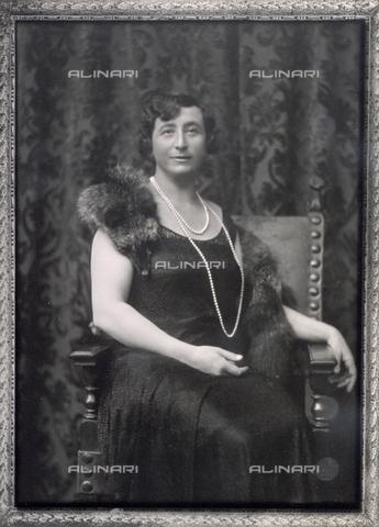 PDC-F-000592-0000 - Ritratto di signora in abito elegante con stola di volpe e lunga collana di perle. - Data dello scatto: 1920-1930 - Archivi Alinari, Firenze