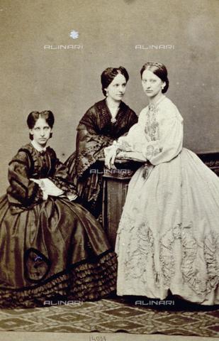 PDC-F-000617-0000 - Ritratto di tre giovani donne elegantemente vestite - Data dello scatto: 1853-1865 ca. - Archivi Alinari-collezione Palazzoli, Firenze