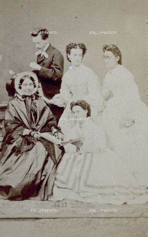 PDC-F-000618-0000 - Group portrait with three young women, an elderly lady and a young man in day dress - Data dello scatto: 1853-1865 ca. - Archivi Alinari, Firenze
