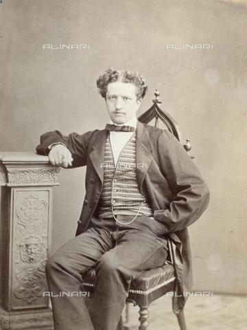 PDC-F-000649-0000 - Ritratto di giovane uomo seduto in abito da giorno. - Data dello scatto: 1860-1870 - Archivi Alinari-collezione Palazzoli, Firenze