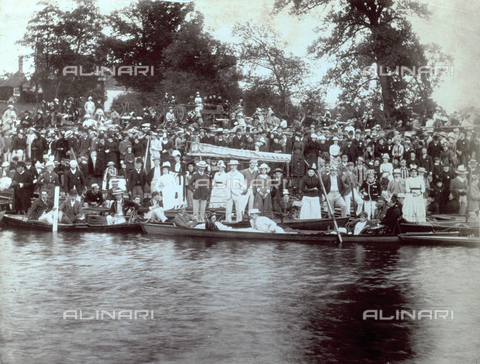 PDC-F-001142-0000 - Large group of spectators at a regatta, crowded along the banks of a stretch of water in England - Date of photography: 1880-1900 ca. - Alinari Archives-Palazzoli Collection, Florence