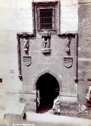 PDC-F-001328-0000 - Veduta del portale dell'Ospedale detto della Latina, a Madrid, Spagna - Data dello scatto: 1860 -1880 ca. - Archivi Alinari, Firenze