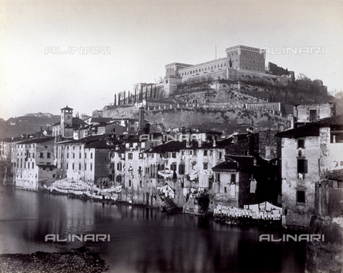 PDC-F-001354-0000 - View of one of the banks of the Adige river in Verona. In the foreground, residential buildings and clothes hanging out to dry. In the background, the hill on which Castello San Felice stands - Data dello scatto: 1860-1870 ca. - Archivi Alinari, Firenze