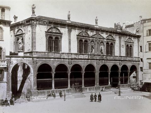 PDC-F-001356-0000 - La Piazza dei Signori con la Loggia del Consiglio a Verona - Data dello scatto: 1860-1870 ca. - Archivi Alinari, Firenze