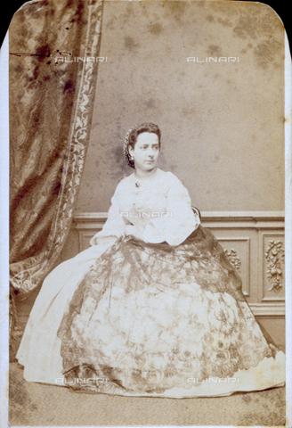 PDC-F-001373-0000 - Ritratto di signora, seduta, in elegante abito ottocentesco. La gonna del vestito è ornata da un pizzo - Data dello scatto: 1850 - 1865 ca. - Archivi Alinari, Firenze
