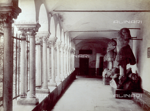 PDC-F-001549-0000 - Detail of the cloister, with the portico of coupled columns, in the Church of San Matteo in Genoa. Remains of sculpture on the right, under the portico - Data dello scatto: 1865 -1885 ca. - Archivi Alinari, Firenze